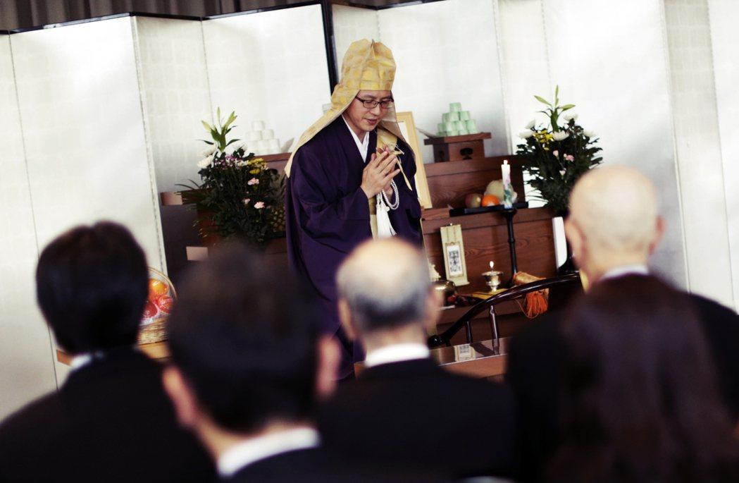日本家族的佛教喪葬傳統。 圖/美聯社