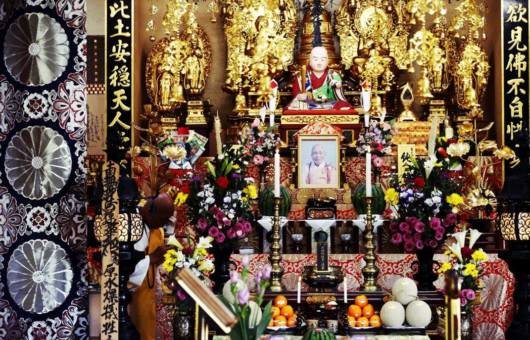 圖為日本山妙法寺,為「日蓮聖人門下連合會」的宗派之一,中央的相片是日本山妙法寺創...