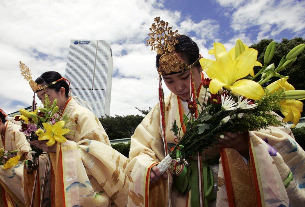 日本在戰後進入了百花齊放的思想自由時代,但精神和信仰上還是擁有相當大的保守性格。...