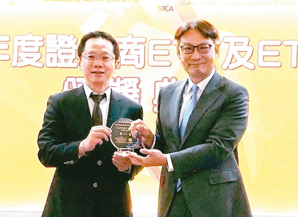 凱基證券ETF及ETN競賽年年得獎,由副總經理呂穎彰(右)代表領獎。 凱基證券/...