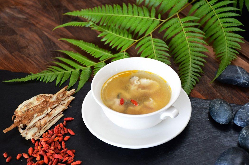 隆冬之際以日月潭鱸鰻清蒸加入當歸、枸杞,是一道溫潤補身的湯品。