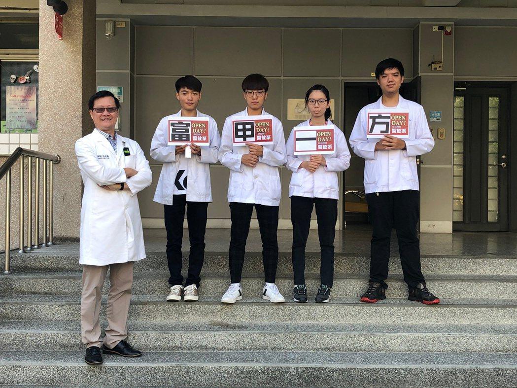 中臺科大醫放系林政勳主任(左1)與學生合影。 中臺科大/提供。
