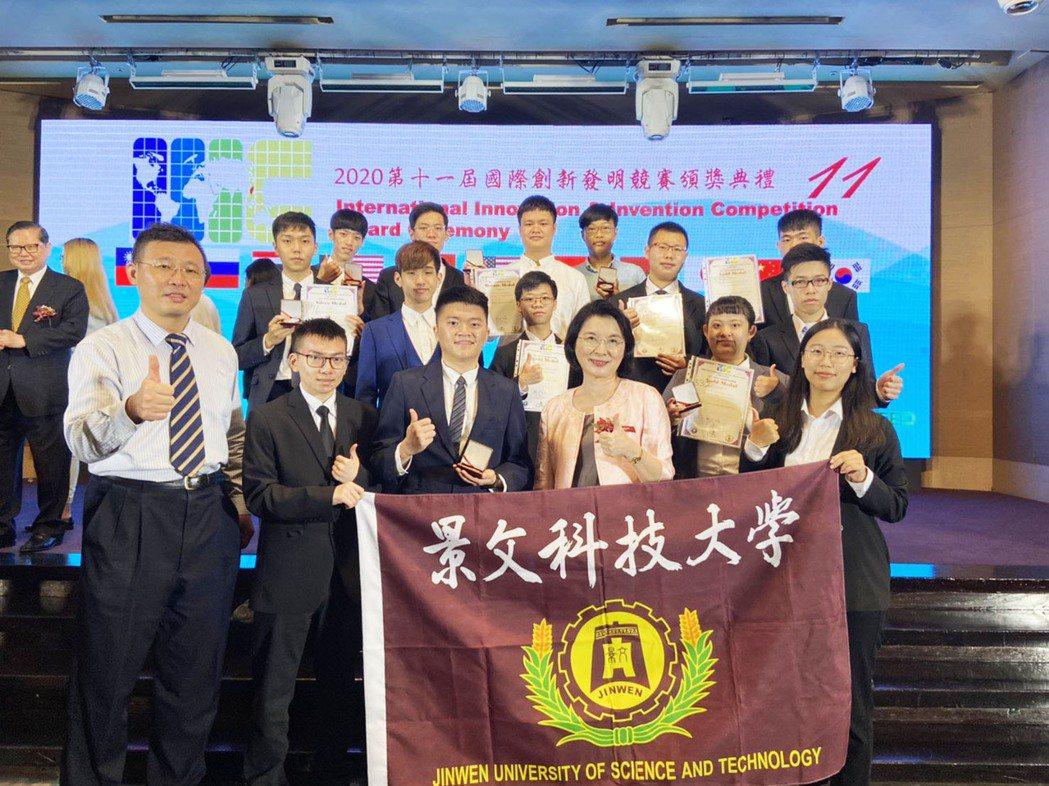 景文科大電資學院團隊榮獲4金3銀1銅 ,洪校長也到場為學生祝賀。 景文科大/提供