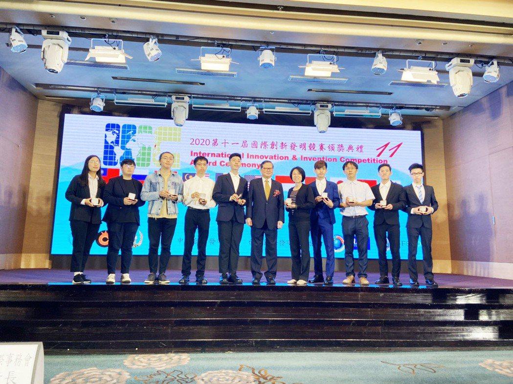 景文科大電資學院團隊獲獎上台接受頒獎。 景文科大/提供