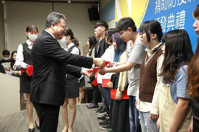 嶺東科大校長趙志揚頒發防疫助學金並鼓勵同學向典範學習。 嶺東科大/提供
