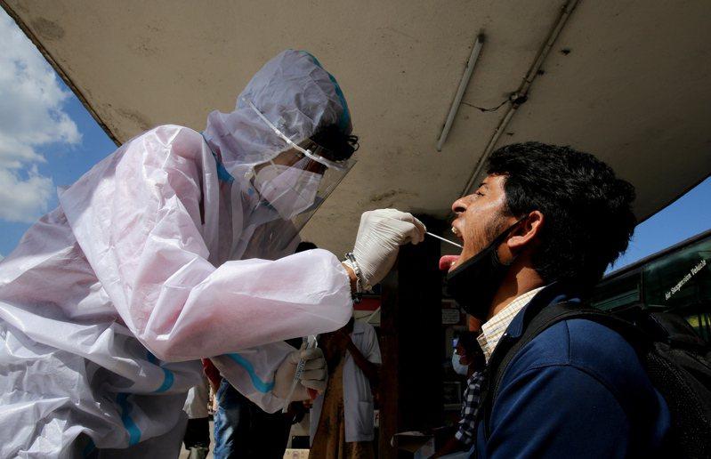 法新社根據官方來源統計的結果顯示,截至台灣時間26日2時30分,全球新冠肺炎累計確診數已突破6000萬例。 歐新社