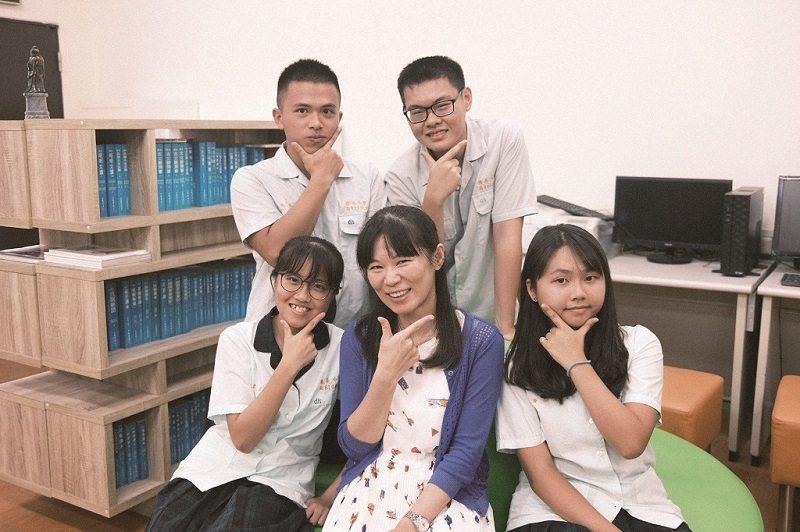 胡雯俐(中)透過與多科老師跨領域合作,讓學生學習統整知識的能力。(攝影/王彤方)