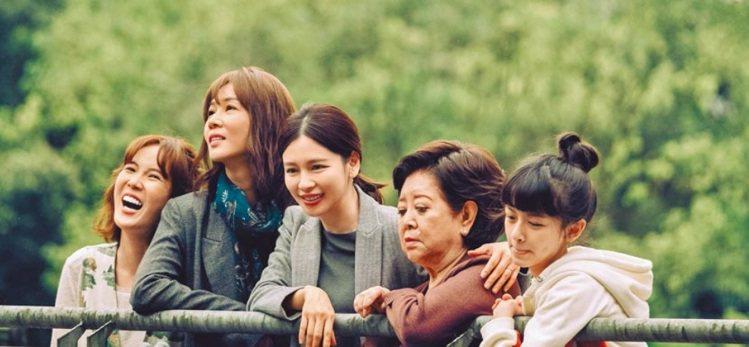 「孤味」孫可芳(左起)、謝盈萱、徐若瑄、陳淑芳、陳妍霏扮演一家3代女性。圖/威視...