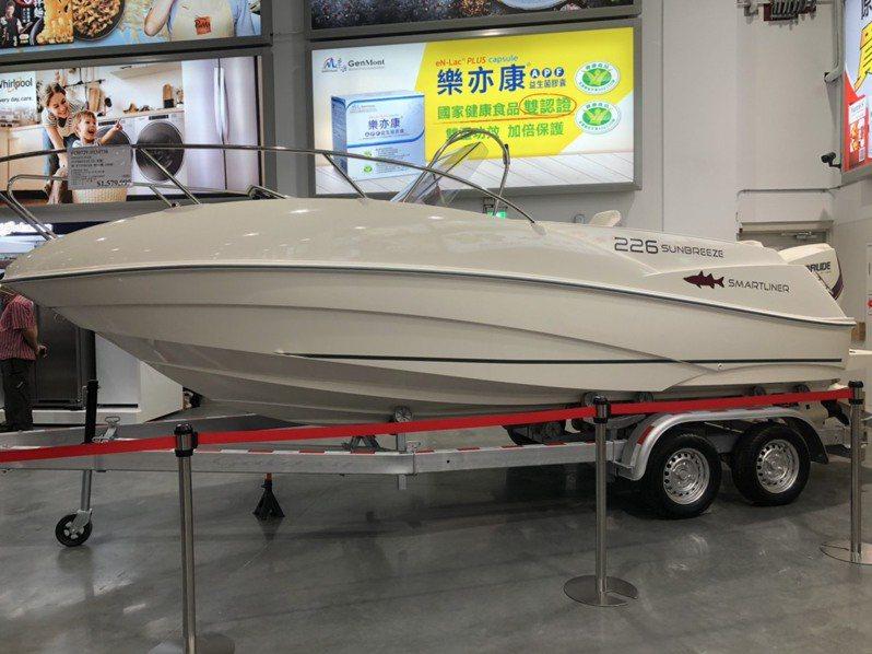 好市多北台中店現場展示的超狂遊艇。圖/業者提供