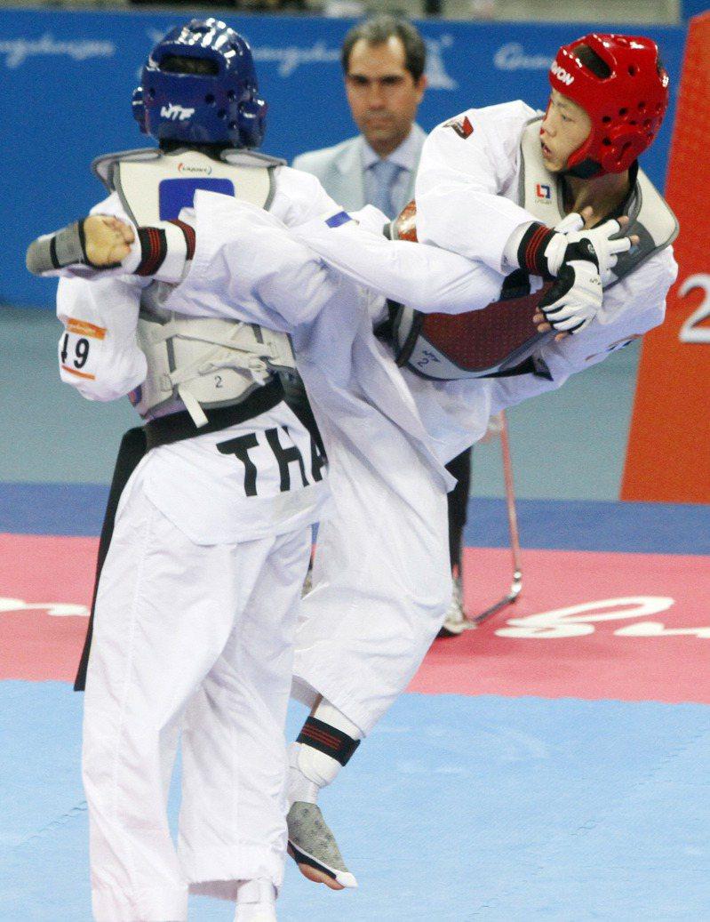 廣州亞運中華跆拳隊魏辰洋(右)在男子58公斤級決賽,與泰國對手苦戰三局打平,驟死賽後經裁定險中獲勝,為中華隊再添一金。圖/聯合報系資料照片