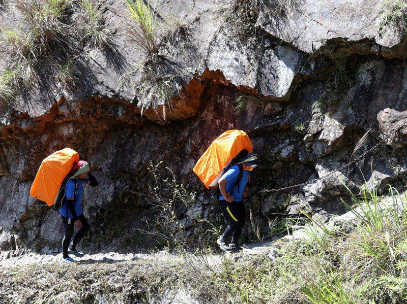 高山協作平時替登山客背物品、食材,有時背負、炊煮、嚮導集於一身。當公部門有工程建材需求時,從一片35公斤的矽酸鈣板,到百公斤發電機,都是他們一肩扛起。記者邱德祥/攝影