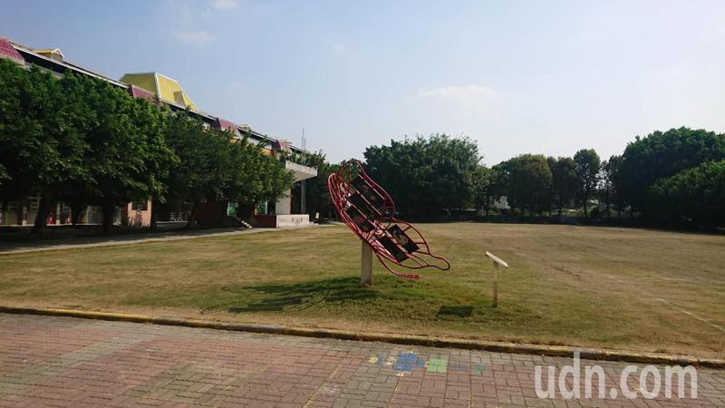 國中小校園環境良好,運動設施完善,是社區民眾最愛的免費運動場所。記者簡慧珍/攝影