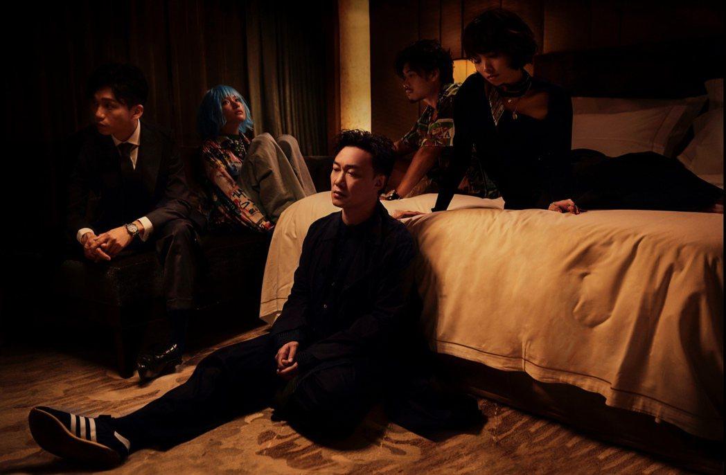 陳奕迅粵語新歌「是但求其愛」化身說書人,旁觀四角戀。圖/環球唱片提供