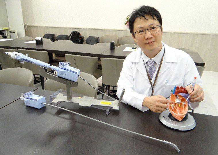 奇美醫學中心心臟血管內科主治醫師施志遠說明病況與治療方法。記者周宗禎攝影