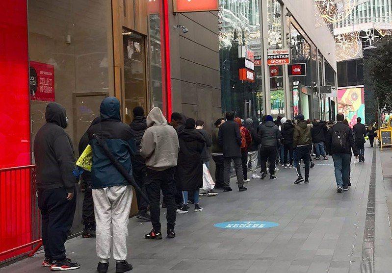 有玩家選擇來到實體店外排隊,利物浦洛德街和斯特拉特福西田百貨公司的「GAME」分店都排起長長人龍。TWITTER/@AussieHarj