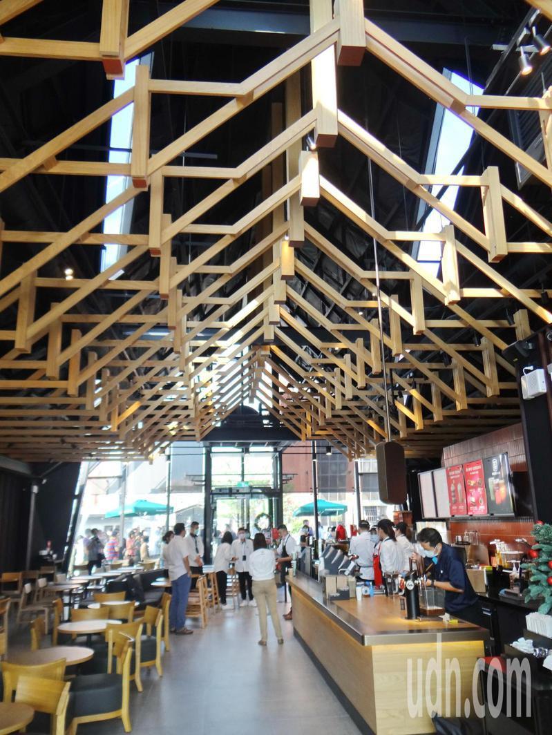 內部木造格柵天花板設計,別具一格,搭配寬敞聎高空間,提供咖啡 族完善休閒空間。記者蔡維斌/攝影