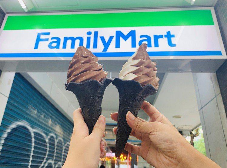 全家便利商店比利時巧克力霜淇淋11月20日起限量黑裝上市,也可混搭牛奶霜淇淋做成...