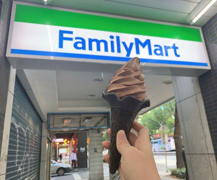 全家便利商店比利時巧克力霜淇淋重磅回歸,特別打造黑色限量餅皮,整體配色更有神秘氣...