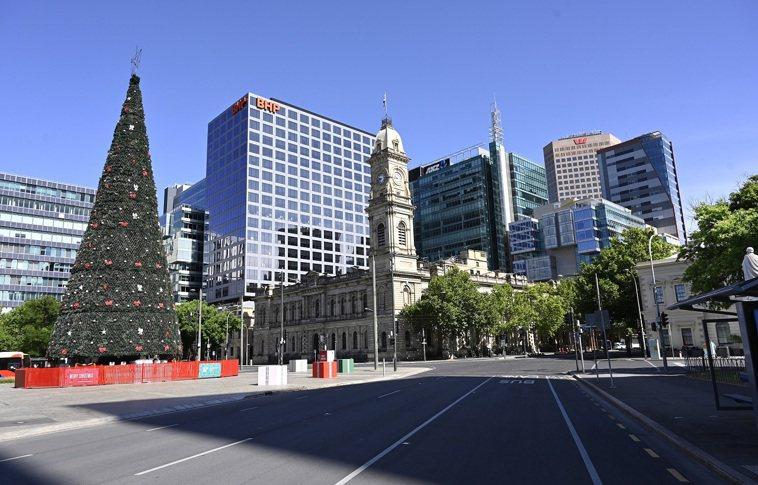 澳洲南澳省19日開始為期6天的封城抗疫,可見到首府阿得雷德街頭空無一人。歐新社