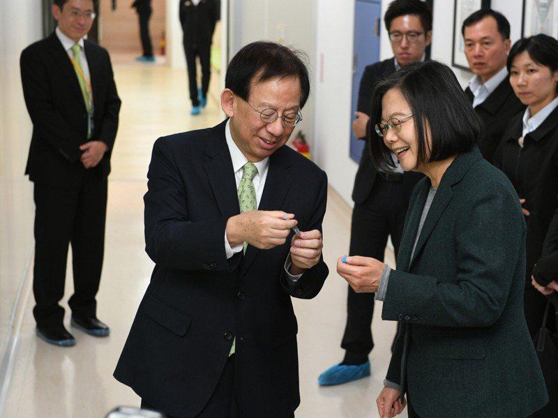 總統蔡英文今年2月間參訪竹北生醫園區內的高端疫苗公司,了解新冠肺炎疫苗狀況。圖/高端疫苗提供