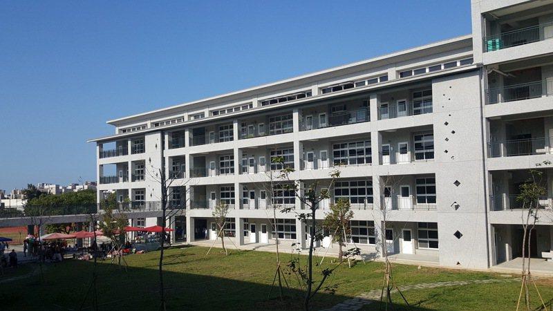 苗栗縣立苑裡高中國中部由慈濟援建的3棟校舍、1棟活動中心今天落成啟用。記者胡蓬生/攝影