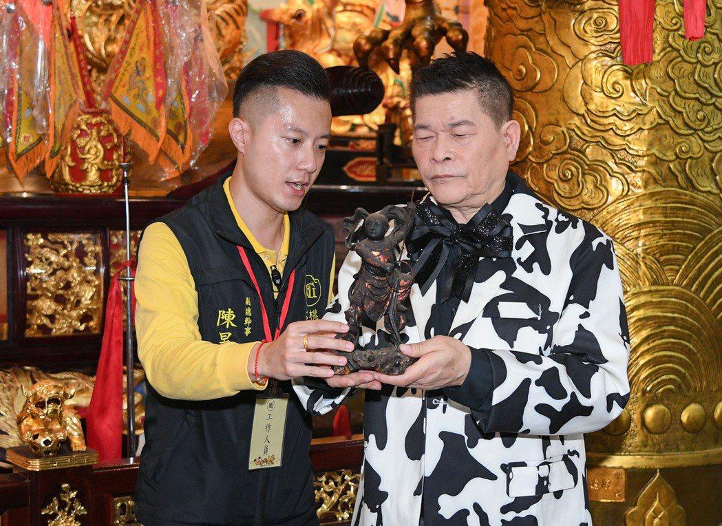桃園護國宮副總幹事送上三太子神像祝福澎恰恰。圖/三立提供