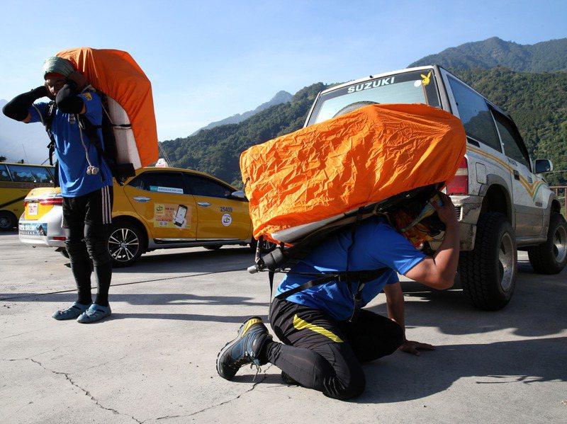 協作要出發上山,在登山口打包,保麗龍箱內裝滿了要背上山的食材。記者邱德祥/攝影