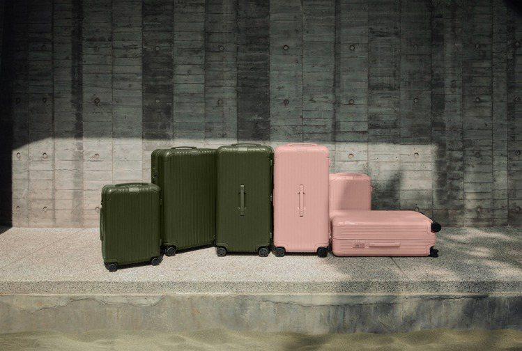 RIMOWA的Essential系列霧粉、墨綠的視覺形象廣告,也呈現出靈感來源的...