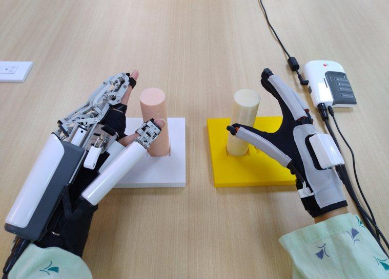 長庚醫院機器人復健中心研發「鏡像手復健機器人」,患者只需穿戴著機械手,透過職能治...