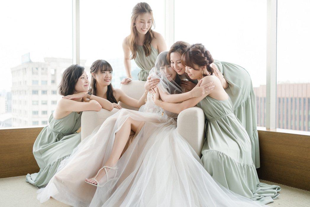 由伴娘團幫蓋婚紗,讓潘嘉麗(中)一度感到想哭。圖/游手好弦提供