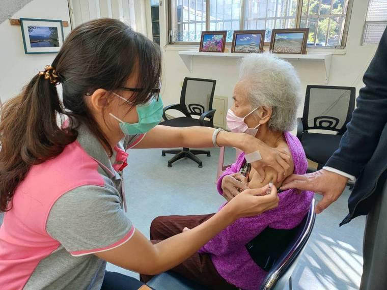 台中市衛生局今天宣布,11月23日起,台中302家合約醫療院所將重新開放老人、6...