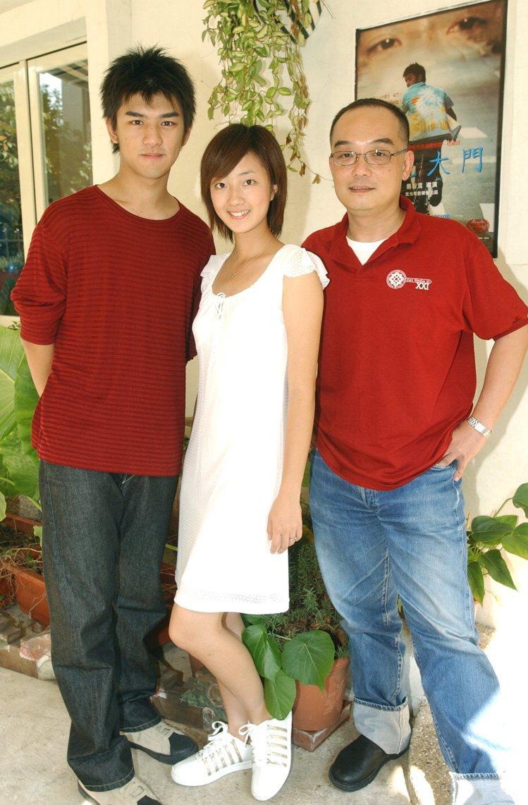 陳柏霖(左)和桂綸鎂將一起頒發「最佳動畫長片」,而該獎入圍的作品還有「藍色大門」...