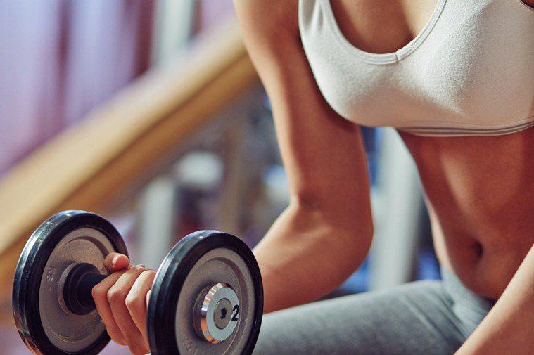 健身教練因為運動的關係,只有肌肉、脂肪很少,而脂肪最多的雙峰就很容易在健身過程中...