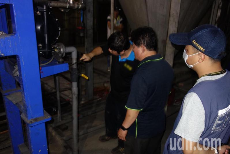 台南市環保局查獲業者違反水汙法,要求將可疑管線鋸除。圖/南市環保局提供