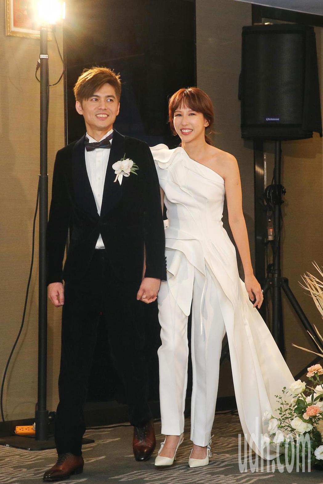 新加坡女歌手潘嘉麗(右)與音樂製作人老公游政豪(左)今晚於晶華酒店舉辦婚宴。記者