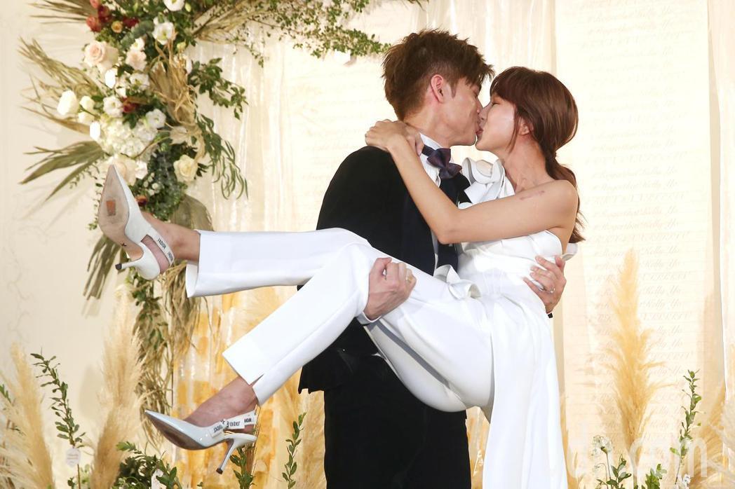 新加坡女歌手潘嘉麗(右)與音樂製作人老公游政豪(左)今晚於晶華酒店舉辦婚宴。記者...