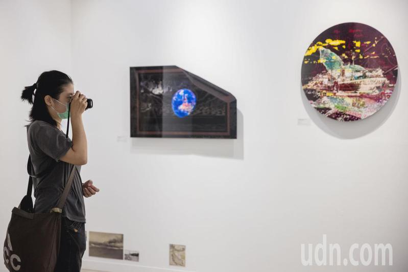高雄市漾藝術博覽會頒出首座評審團大獎,得主是騆瑜。她的作品(見圖)前衛創新,潛力可期。圖/高雄市文化局提供