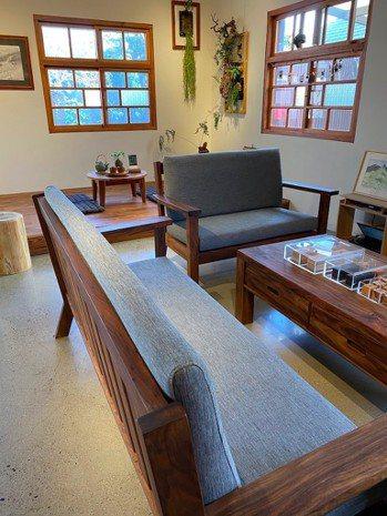相思樹做的傢俱和地板。圖/朱慧芳提供