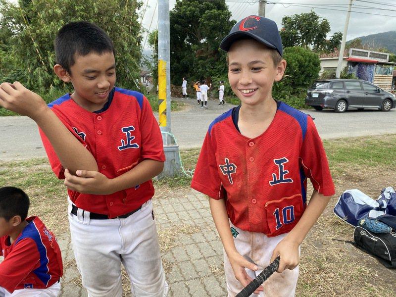 花蓮縣中正國小的「英國隊長」蔡沁佑(右),拉著最好的朋友康奕峰一起來拍照。記者陳宛晶/攝影