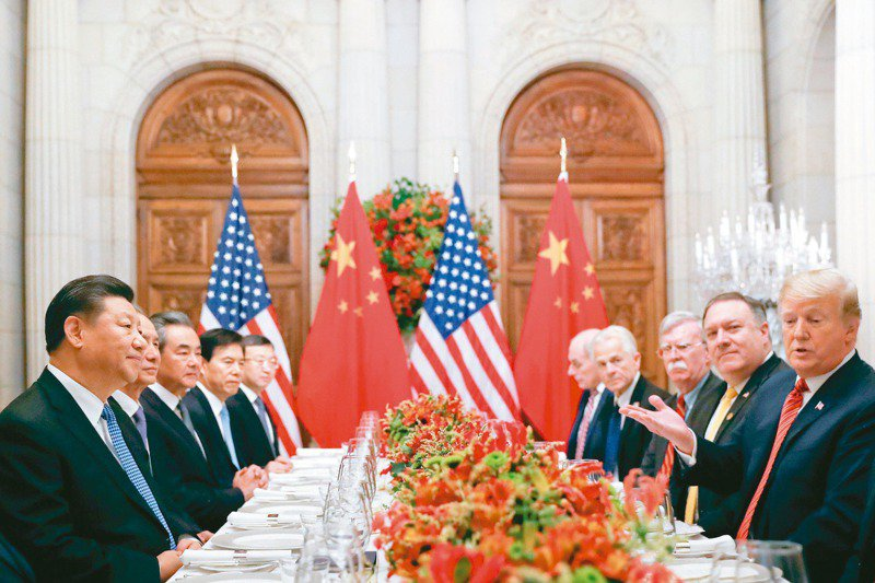 美國多家媒體報導,川普(右一)政府將在剩下幾周的任期內對付中國大陸,企圖讓拜登上台也難以扭轉。路透