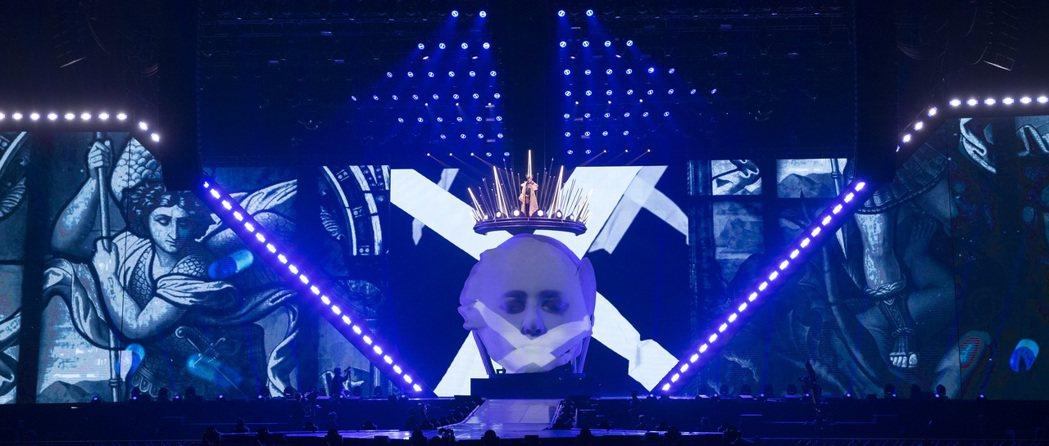 蔡依林斥資打造巨型皇冠,營造替「Ugly Beauty頭顱」加冕的視覺效果。圖/...