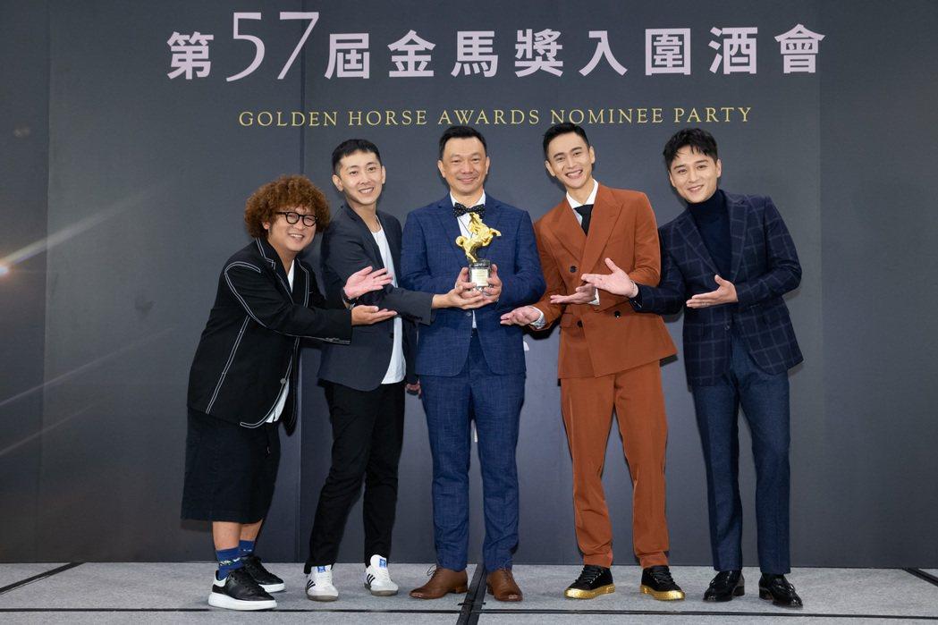 「同學麥娜絲」主要演員納豆(左起)、施名帥、導演黃信堯、劉冠廷以及鄭人碩領取金馬