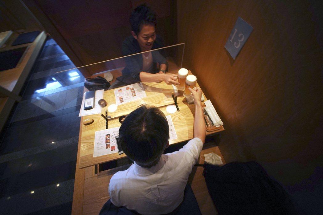東京商工研究調查顯示,近九成企業會因新冠肺炎疫情擴大而不辦尾牙和春酒。(美聯社)