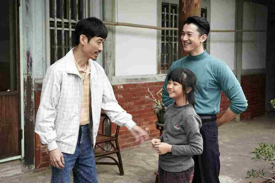 陳竹昇(左)在「俗女養成記」中,暖心又傻疼女兒的形象,深植觀眾心中。圖/公視提供