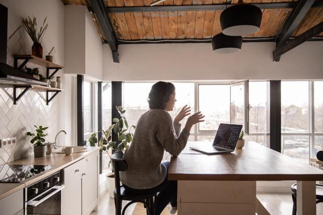 中島吧台加高20公分,能讓廚房的機能性與空間利用更靈活。圖/摘自pexels