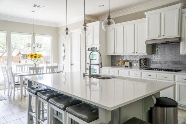 用簡單色塊呈現出居家開放式廚房的品味,收納就是最大的開放式廚房精神。圖/摘自pe...