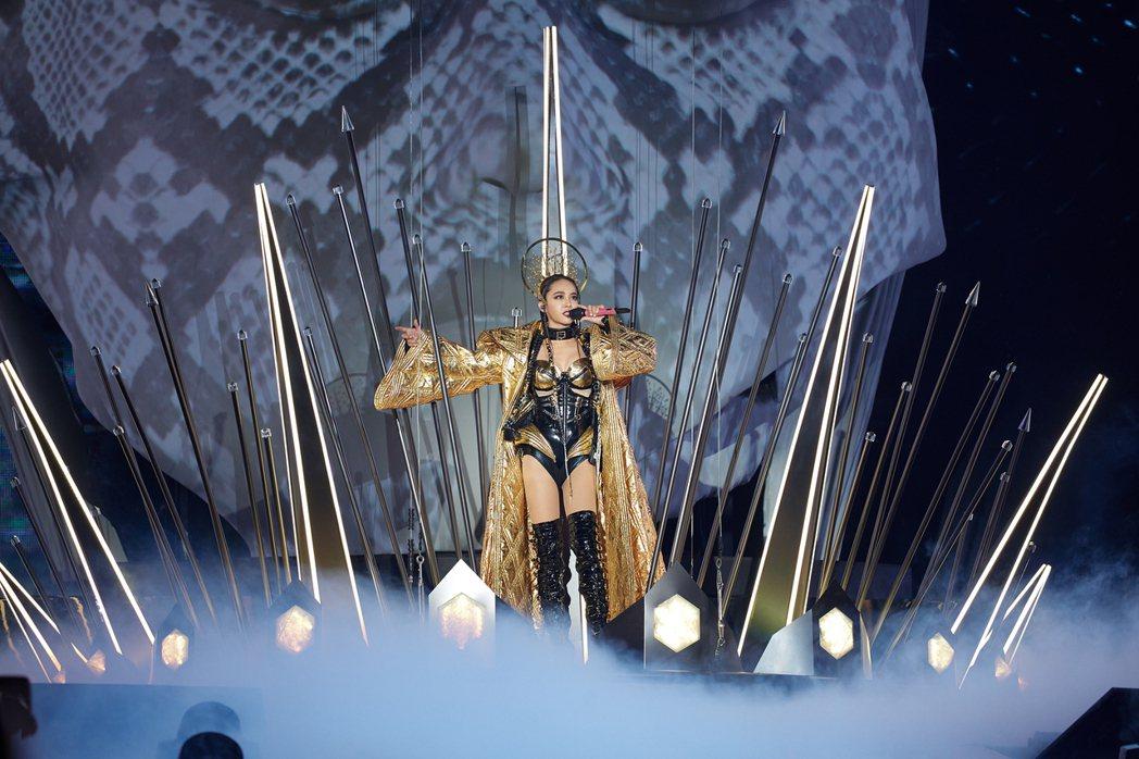 蔡依林穿著黃金斗篷搭配黑金馬甲,霸氣艷麗。圖/凌時差提供