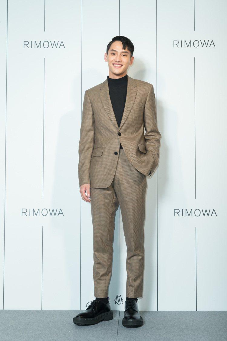 男神范少勳以新造型出席RIMOWA開幕派對,並表示自己最愛墨綠新色新行李箱。圖/...