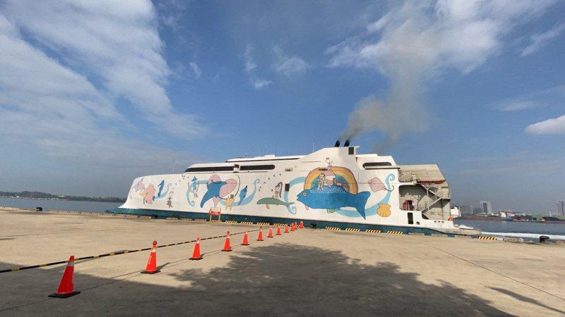 「麗娜輪」台南安平往返澎湖馬公的海上直航昨天試營運,旅客展開3天2夜的體驗遊程。記者鄭維真/攝影