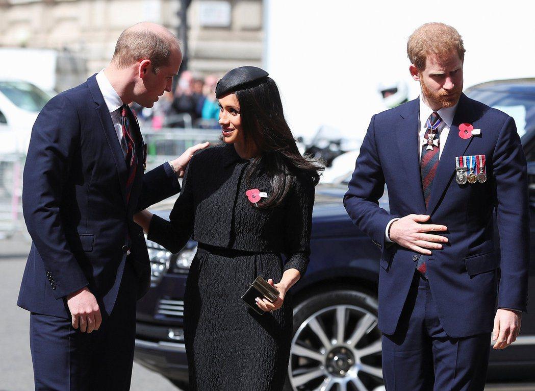 威廉王子(左起)被傳很在意鋒頭被梅根與哈利搶走。圖/路透資料照片